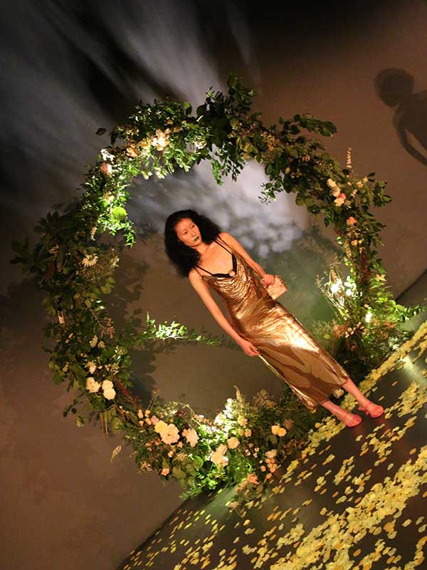 london fashion week flower arch floral stying
